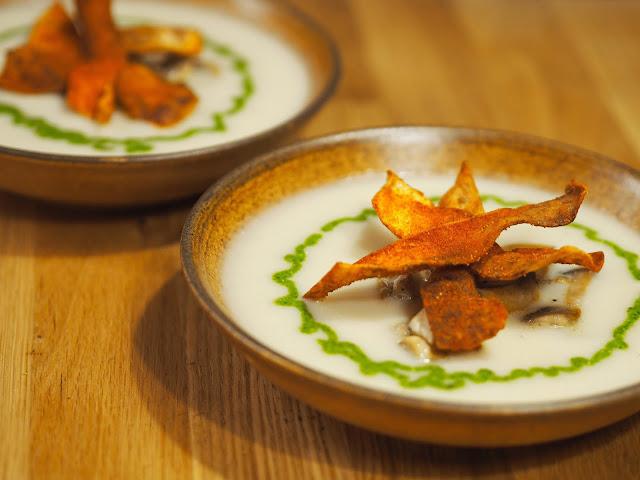 Knolselderijsoep met champignons, spinaziepesto en knolselderijchips