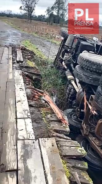 Camión cae desde puente ubicado en sector rural