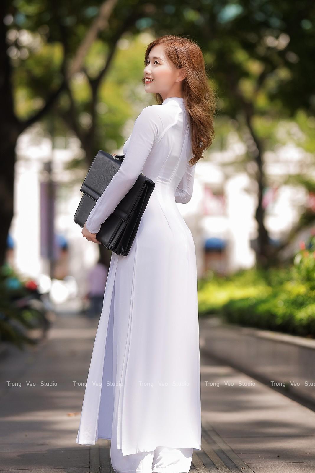 Ngắm hot Girl Thu Hương xinh đẹp như hóa trong tà áo dài trắng bên cúc họa mi - 12