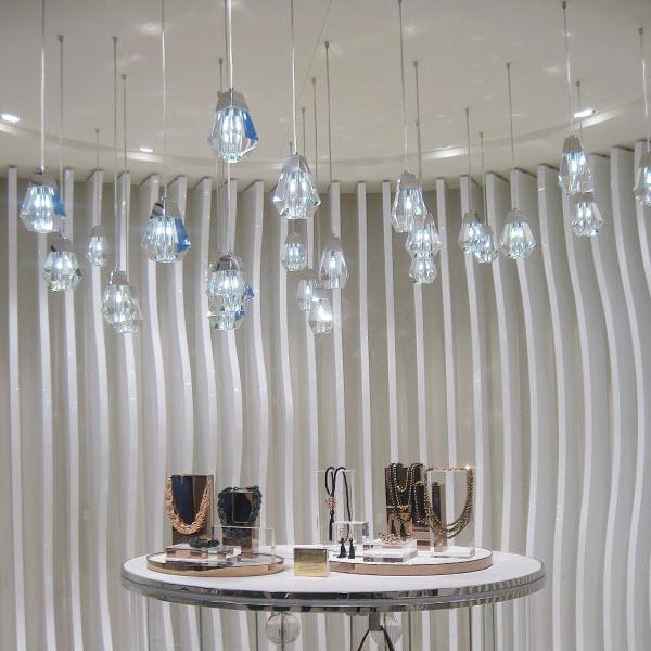 9f1bacc5ae Η Folli Follie παρουσίασε πρόσφατα το νέο Concept Store της σε ένα  διατηρητέο νεοκλασικό κτίριο στην Ερμού 19. Λαμπερό