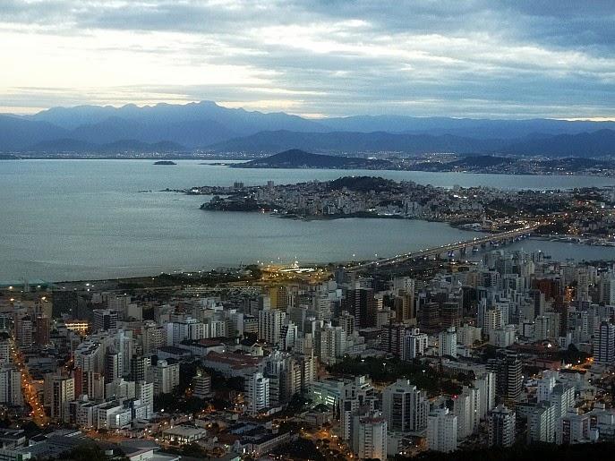 Ilha de Santa Catarina e parte continental de Florianópolis, vistas do Morro da Cruz