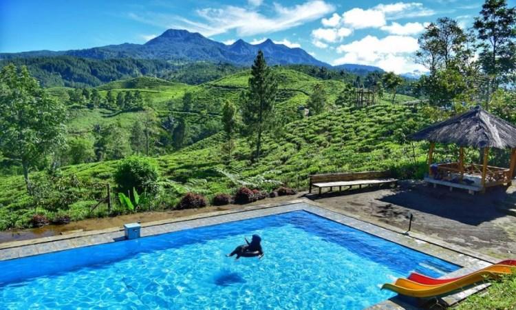 Berenang Sambil Menikmati Keindahan Alam Bukit Kacapi di Tasikmalaya