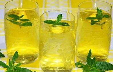напиток из лимона и мяты в жаркую погоду