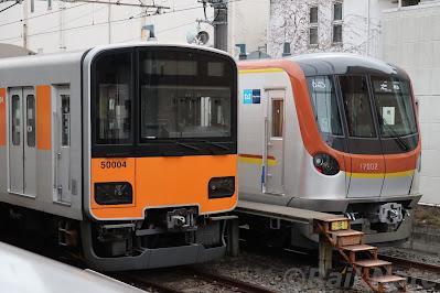 志木駅の電留線へ入線する東京メトロ17000系