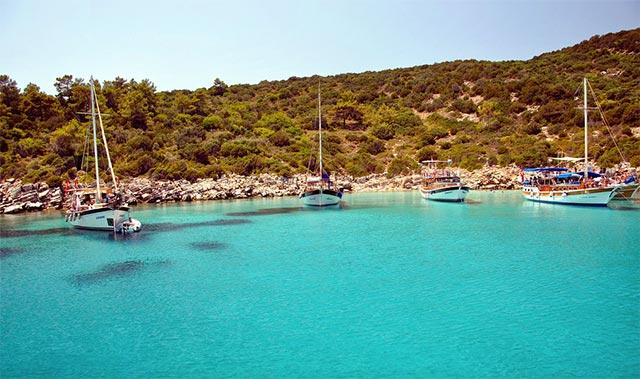 Sonbahar aylarında Bodrum'da tekne turuna çıkıp Orak Adası'nın berrak sularında denize girebilirsiniz.