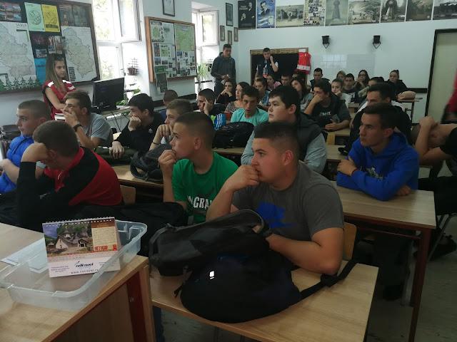Ученици пажљиво прате предавање поводом Европског дана борбе против трговине људима