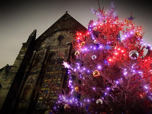 Le grand sapin de Noël tout illuminé devant l'Église Saint-Germain !