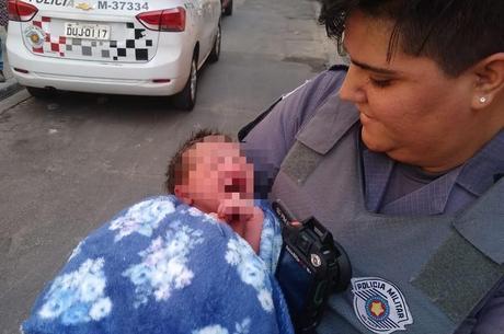 Polícia resgata bebê abandonado em SP Reprodução