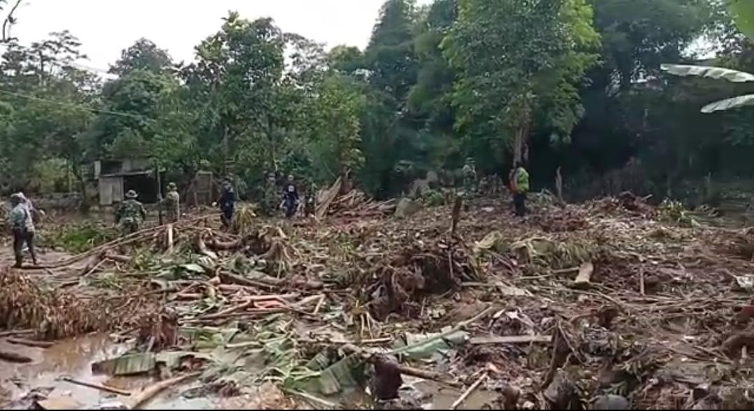 Prajurit TNI Laksanakan Gunbencal di Cicurug Pasca Banjir Bandang