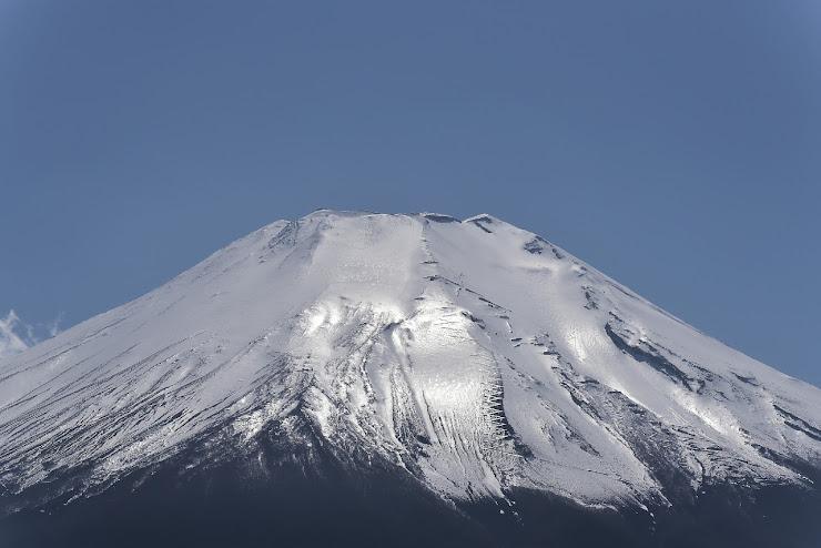雪に覆われた富士山の頂…アイスバーンになり、キラキラ光っている