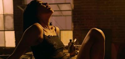 Mishel Prada em cena de sexo lésbico na série Vida; erotismo tratado com muito primor