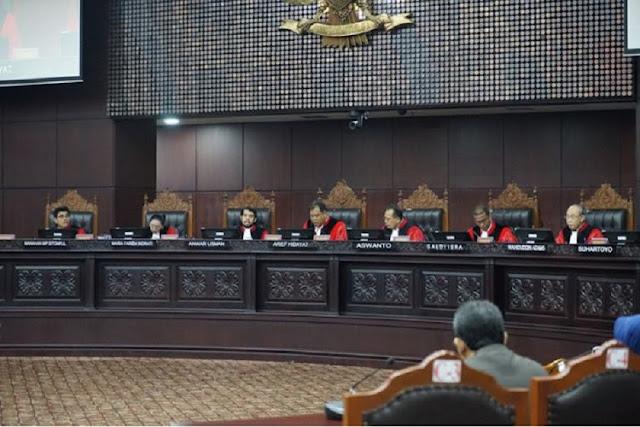 Viral di Medsos, Tujuh Hakim MK Menangkan Prabowo-Sandi