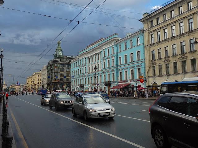 Główną ulicą Petersburga jest szeroki, ruchliwy Newski Prospekt.