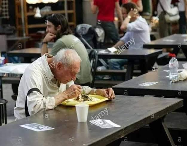 رجل أخذ  أباه العجوز إلى أحد المطاعم.. سنرحل ويبقى الاثر