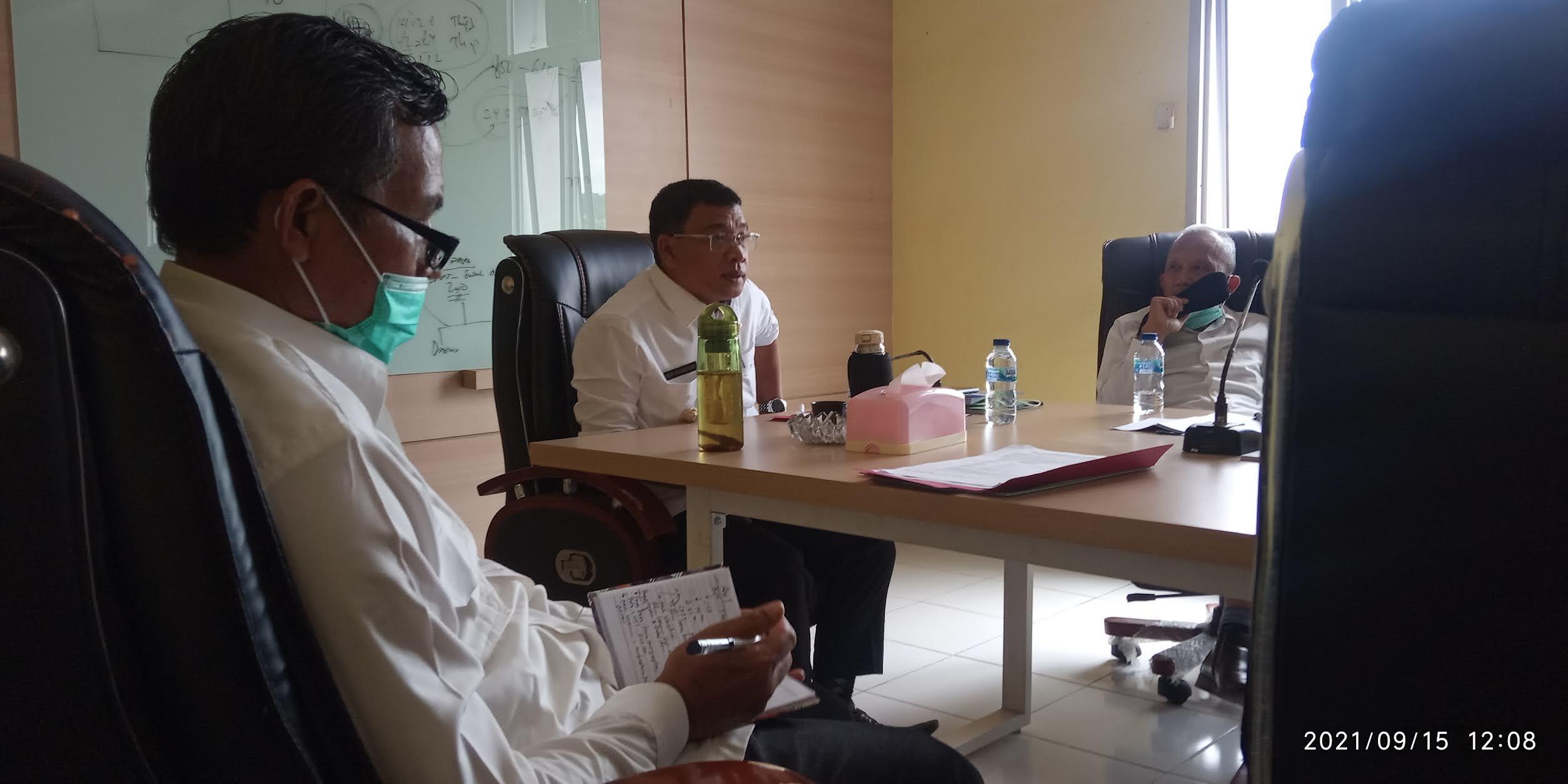 Bupati H. Devi Suhartoni (HDS) saat pimpinan rapat masalah plasma antara warga Desa Bina Karya, dan PT London Sumatera (Lonsum). (Poto/ari)