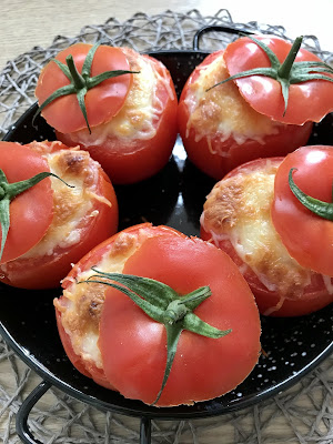 Tomates rellenos con bechamel, atún y maíz
