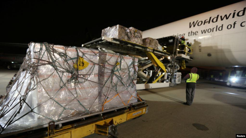 Empleados de la empresa estadounidense UPS cargan un avión de transporte con material médico en el aeropuerto internacional de Atlanta, el 1 de febrero de 2020 / REUTERS