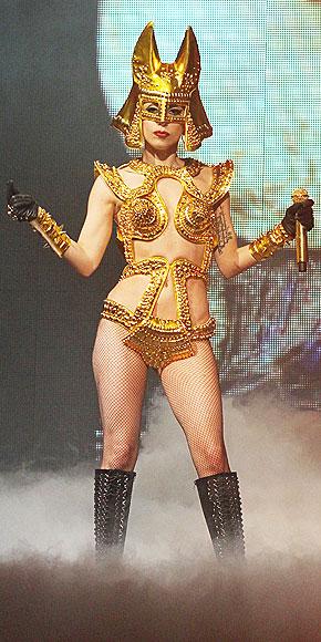 Lady Gaga com biquini de cone em show, estilo Madonna