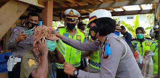 Satlantas Polres Gowa Tutup Ops Zebra Dengan Berbagi Masker dan Hand Sanitizer