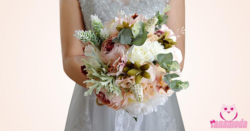 Buquês de noiva com flores artificiais realistas.