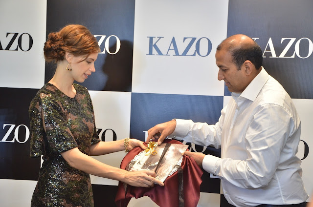 Mr. Deepak Aggarwal, Managing Director, Kazo with Kalki Koechlin unveiling Kazo's AW'16 collection catalogue-min