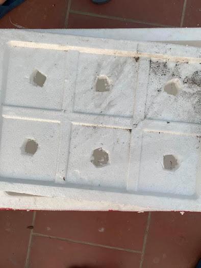 Đục lỗ nắp xốp vừa mới gọt xong
