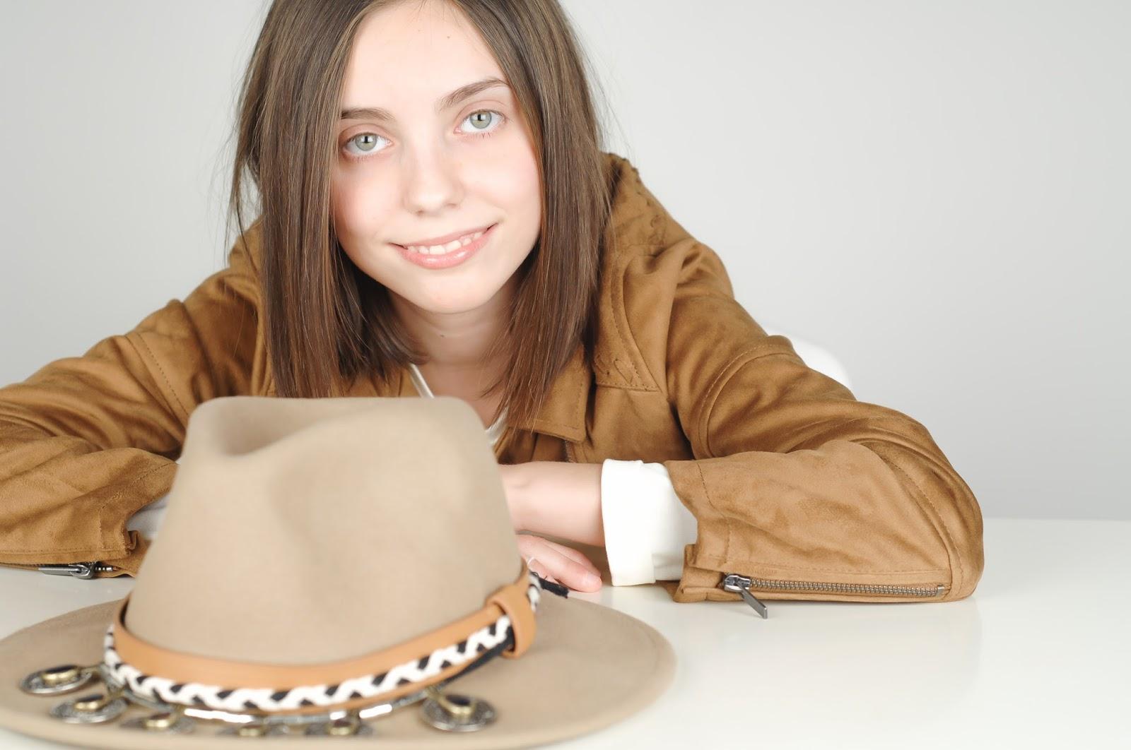 sombreo ala ancha, sombrero indiana, sombrero ante marrón, sombrero con adornos, zara, accesorios