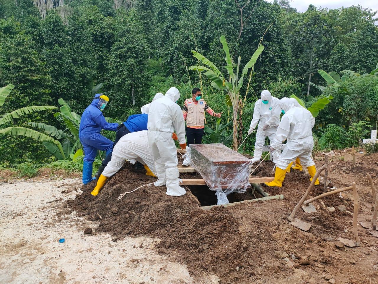 Babinsa Koramil 410-03TBU Kodim 0410KBL Koptu Yulhaidir, memonitor pelaksanaan prosesi pemakaman jenazah yang dilakukan oleh sejumlah Tim evakuasi