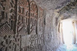 Relieves de cruces (khatchkar) - Monasterio de Geghard