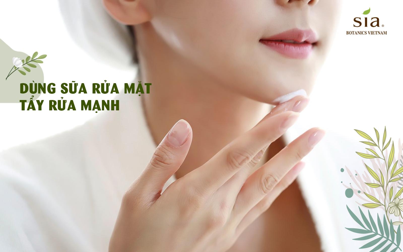 dùng sữa rửa mặt mạnh tay hay có chất tẩy mạnh khiến cho da nhanh lão hóa