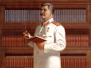 """Quadro propagandistico: Stalin legge un libro dal titolo """"Lenin"""" e riflette."""