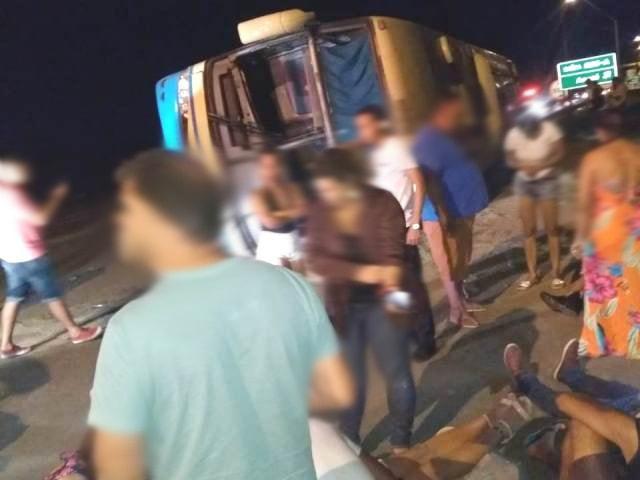 Ônibus da Novo Horizonte tomba no anel rodoviário, em Conquista