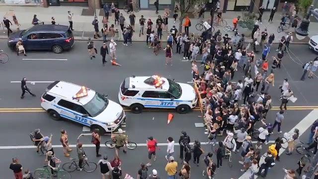 فيديو يظهر لحظة اصطدام سيارة شرطة بمتظاهرين في نيويورك (فيديو)
