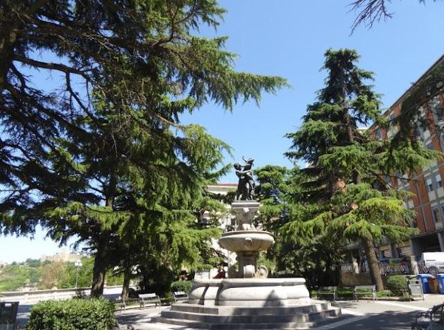 fontana del ratto di proserpina nella piazza del belvedere marconi