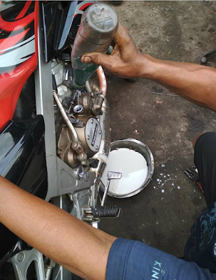 Bahaya Menerobos Banjir Menggunakan Sepeda Motor