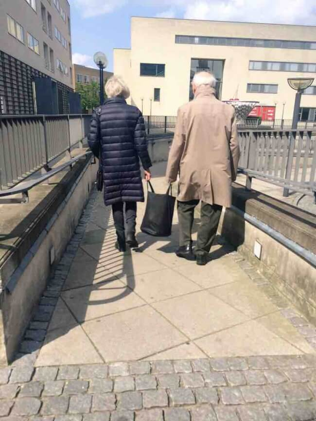 20 Exhilarating Images That Show Love Has No Age Limits - Carry bags together