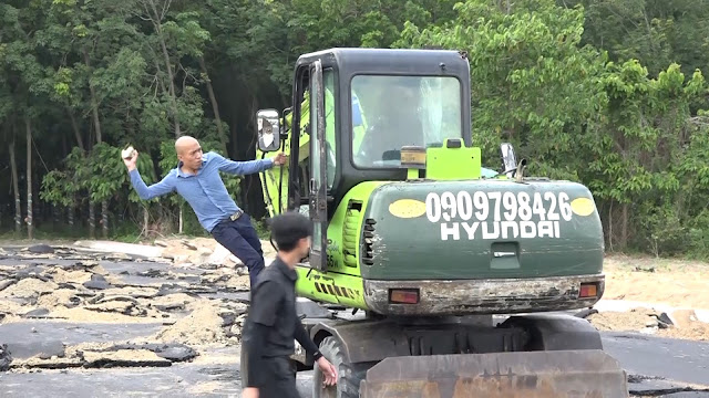 Trần Quốc Tĩnh dùng đá đập cửa kính xe