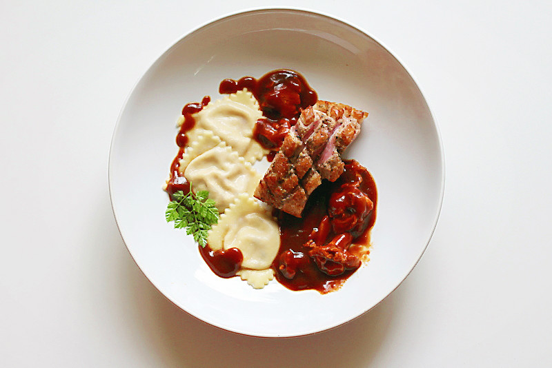 Glasierte Barbarie-Entenbrust, Ravioli gefüllt mit frischen Feigen und Ziegenfrischkäse, Pfifferlinge in Entensauce mit Wild-demi glace| Arthurs Tochter kocht. Der Blog für Food, Wine, Travel & Love!