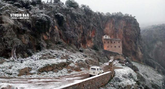Μαγικό τοπίο στη χιονισμένη Μονή Αυγού της Αργολίδας