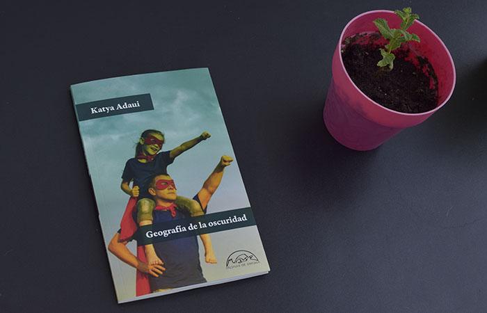 Reseña de «Geografía de la oscuridad», de Katya Adaui (Páginas de Espuma)