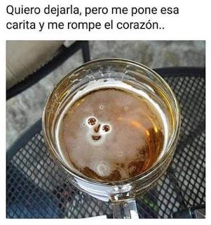 Vaso de cerveza espuma con forma de cara