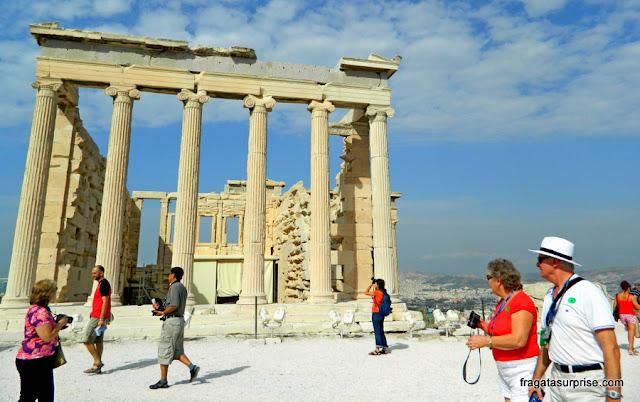 fachada principal do Templo das Cariátides, na Acrópole de Atenas