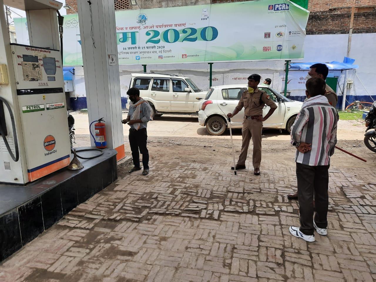 जालौन पुलिस द्वारा बैंक एटीएम,पेट्रोल पंप चेकिंग अभियान चलाया गया -पुलिस अधीक्षक जालौन      संवाददाता, Journalist Anil Prabhakar.                          www.upviral24.in   जनपद जालौन उत्तर प्रदेश बैंक एटीएम,पेट्रोल पम्प चैकिंग अभियान~  जालौन पुलिस द्वारा बैंक एटीएम,पेट्रोल पंप चेकिंग अभियान चलाया गया -पुलिस अधीक्षक जालौन,  आज दिनांक 27.07.2020 को पुलिस अधीक्षक जालौन के निर्देशन में जालौन पुलिस द्वारा बैंक चेकिंग अभियान चलाया गया एवं बैंक/पेट्रोल पम्प में लगे सुरक्षा उपकरणों कैमरे/अलार्म/अग्निशमन यंत्रो व बैंक के अन्दर/बाहर संदिग्ध व्यक्तियों/वाहनों आदि की चेकिंग कर लोगों से मास्क लगाने, सोशल_डिस्टेंसिंग बनाए रखने हेतु जागरूक किया गया ।    संवाददाता, Journalist Anil Prabhakar.                          www.upviral24.in