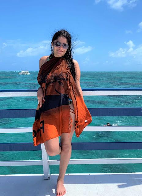 mulher de tanga marrom claro em uma plataforma flutuante no mar
