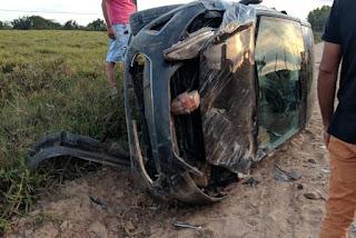 Veículo capota na zona rural de Lagoa de Dentro