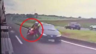 Carro bate em moto, casal  cai e  São esmagados por  caminhão.
