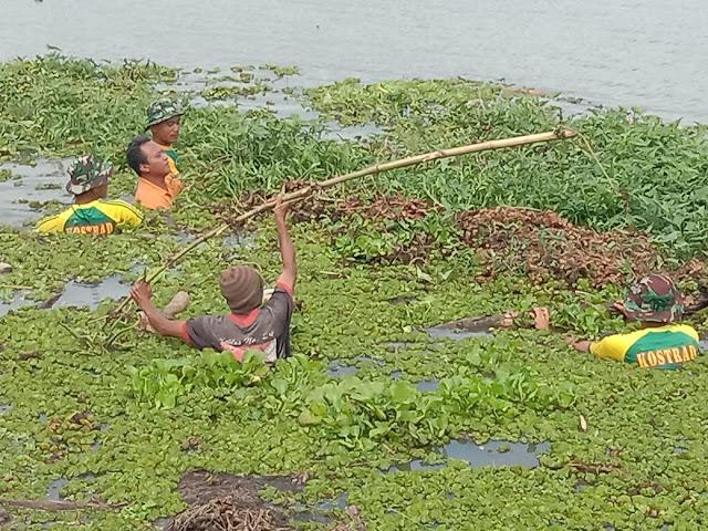 Warga dan Prajurit Yonif Raider 515 Kostrad Gotong Royong Bersihkan Sampah di Sungai Bendo