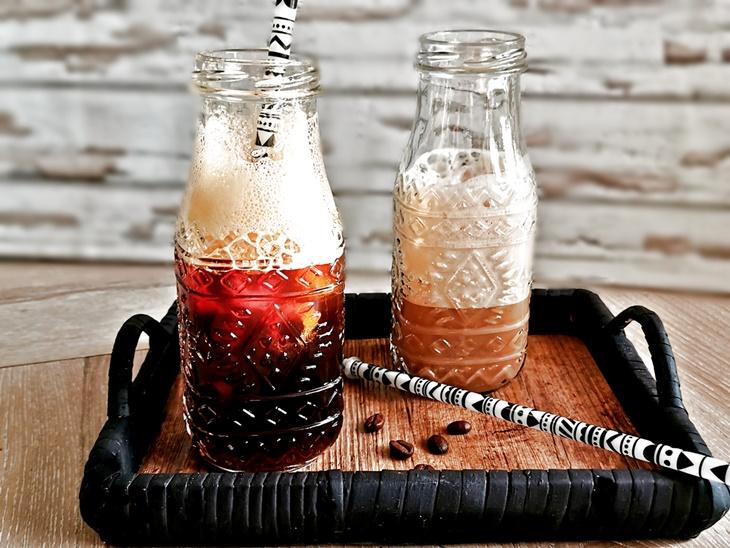 zwei Dekoflaschen mit coldbrew Kaffee