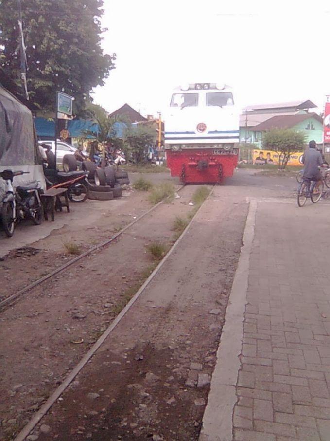 Rel Jalur Kereta Api Depan Rumah Paling Ekstrim di Indonesia