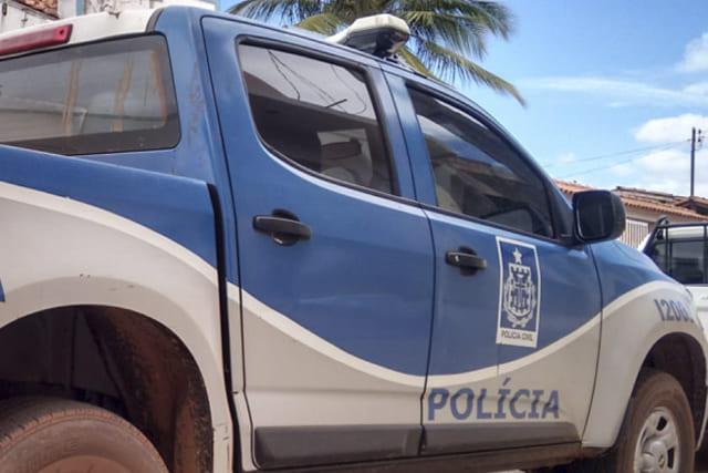 Pai e filho de 4 anos são baleados após grupo armado invadir casa em Jequié